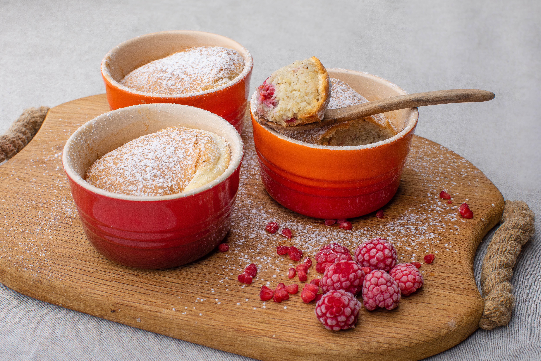 Keto almond-raspberry mini souffle cakes