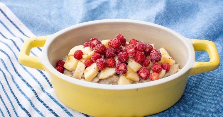 Vegan kaerahelbepuder banaani ja marjadega
