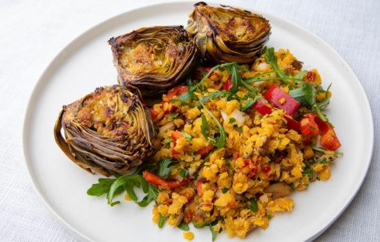 Soe salat läätsede, seente, köögiviljade ja grillitud artišokiga